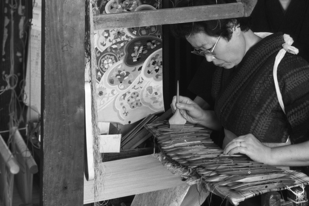 西陣織を手織りする職人